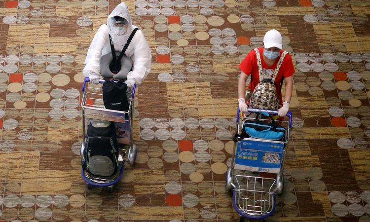 Hành khách tại sân bay Changi của Singapore hôm 30/3. Ảnh: Reuters.