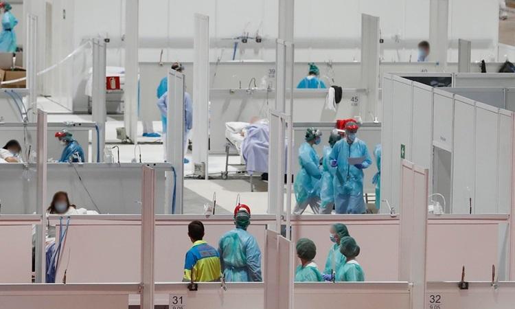 Nhân viên y tế và bệnh nhân Covid-19 tại một bệnh viện dã chiến ở Madrid, Tây Ban Nha hôm 1/4. Ảnh: AFP.