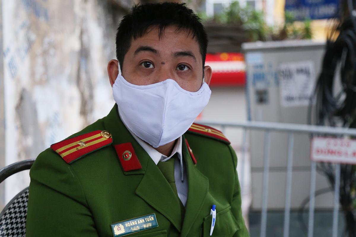 Thiếu tá Hoàng Anh Tuấn, cảnh sát khu vực Công an phường Trúc Bạch. Ảnh:Phạm Dự.