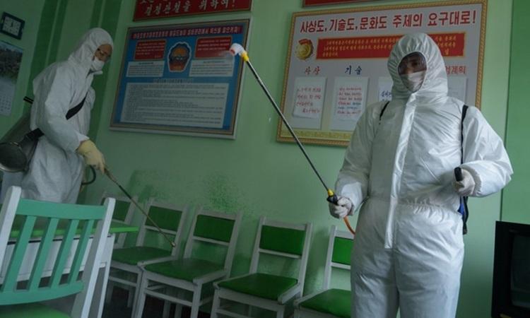 Quan chức y tế Triều Tiên khử trùng tại Bệnh viện Nhân dân ở Bình Nhưỡng hôm 1/4. Ảnh: AFP.
