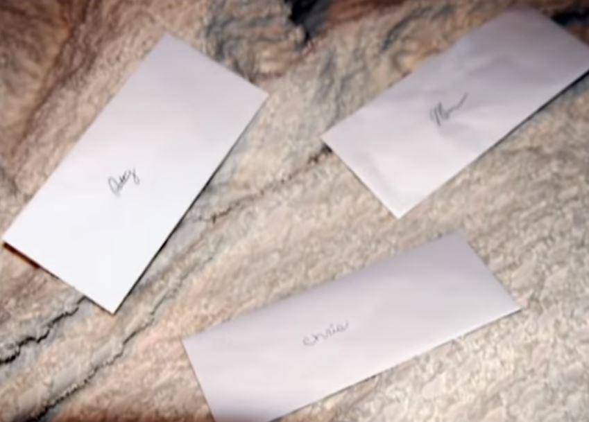 Ba phong bì thư gần thi thể. Ảnh: Filmrise.