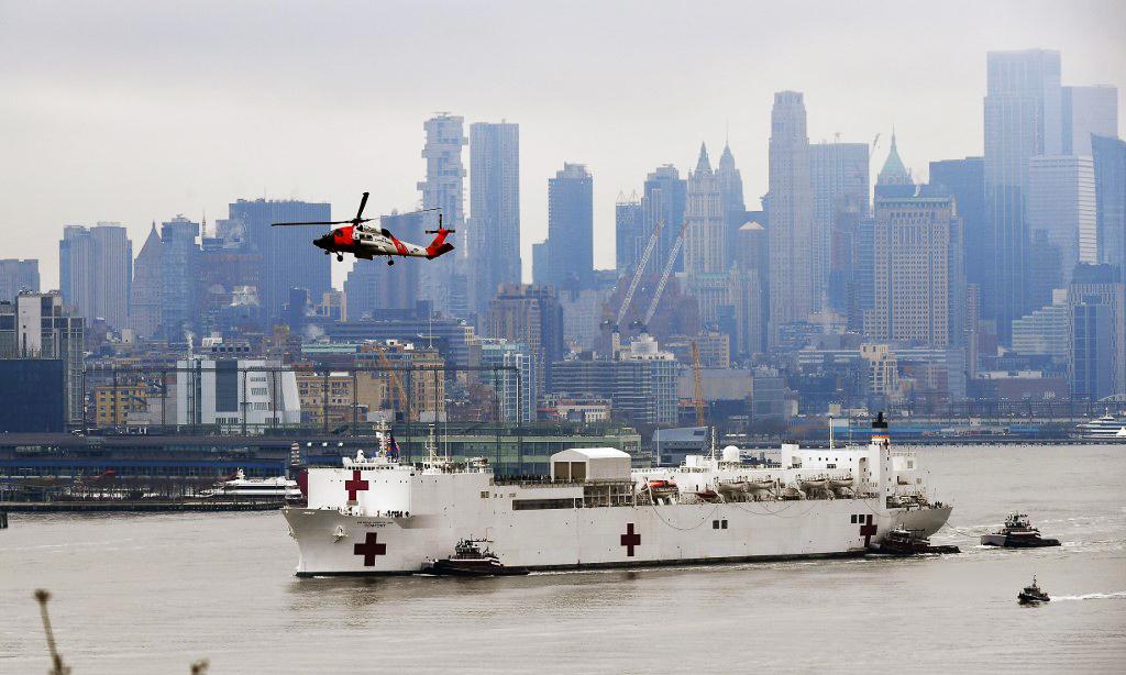 Tàu bệnh viện USNS Comfort tới thành phố New York ngày 30/3. Ảnh: AFP.