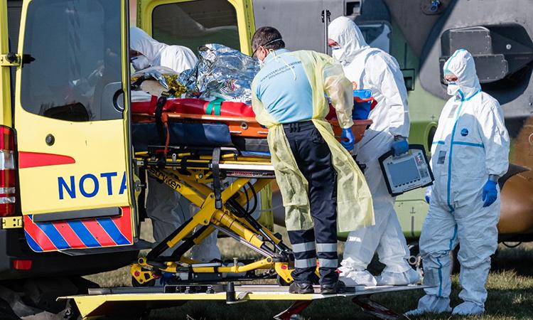 Nhân viên y tế Đức chuyển bệnh nhân Pháp nhiễm nCoV lên xe cứu thương sau chuyến bay tới sân bay gần thành phố Nordhausen, bang Thuringen ngày 2/4. Ảnh: AFP.