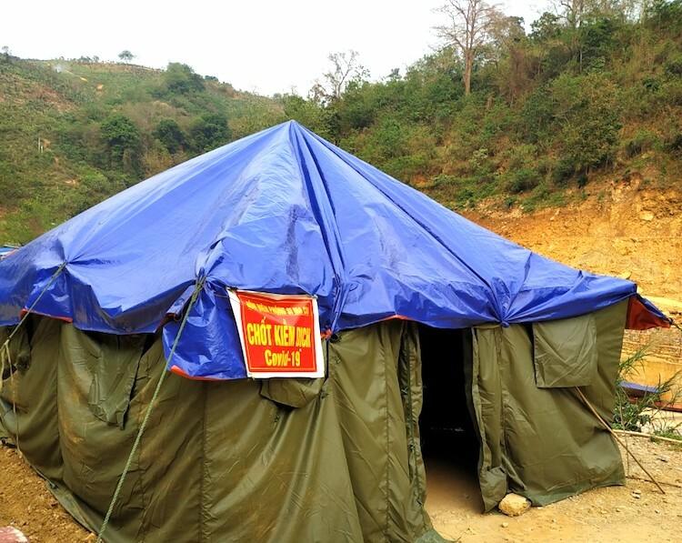 Chốt kiểm dịch của tổ công tác Lù Dì Sán, đồn Biên phòng Si Ma Cai được dựng lại, phủ thêm bạt sau mưa đá. Ảnh: Ngọc Dũng