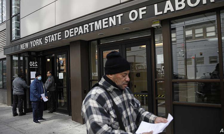 Người tới Sở Lao động ở New York phải quay về do cơ quan đóng cửa vì lo ngại lây lan nCoV hôm 18/3. Ảnh: AP.