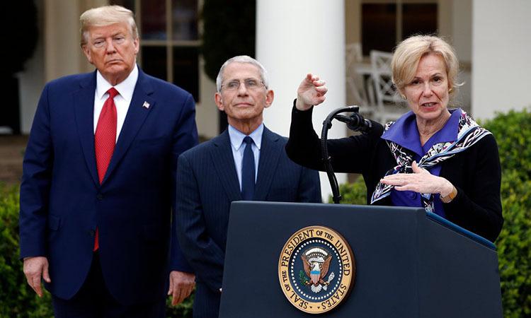 Deborah Birx (phải) cùng Anthony Fauci (giữa) và Tổng thống Trump trong cuộc họp báo tại Nhà Trắng hôm 29/3. Ảnh: AP.