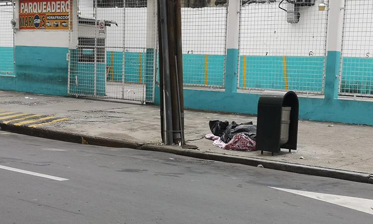 Một thi thể phủ chăn trên đường phố Ecuador hồi tuần trước. Ảnh: CBS News.
