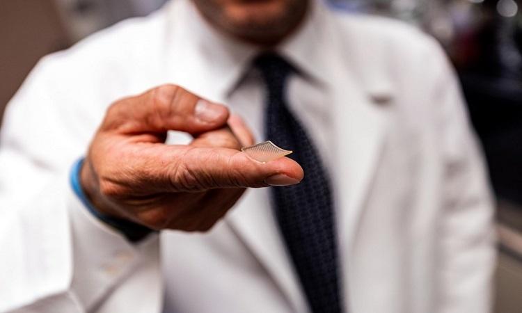 Vaccine mới được đưa vào cơ thể qua miếng dán nhỏ bằng đầu ngón tay và có thể bảo quản ở nhiệt độ phòng. Ảnh: UPMC.