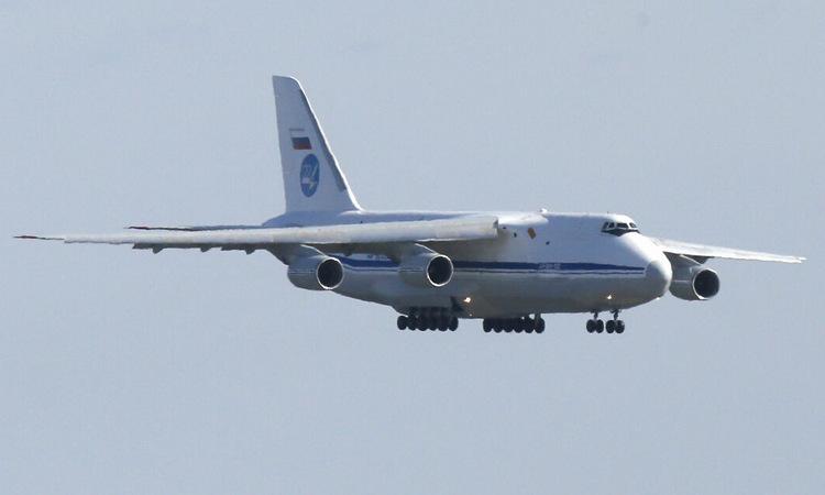 Vận tải cơ Nga chở thiết bị y tế đến Mỹ hôm 1/4. Ảnh: Sputnik.