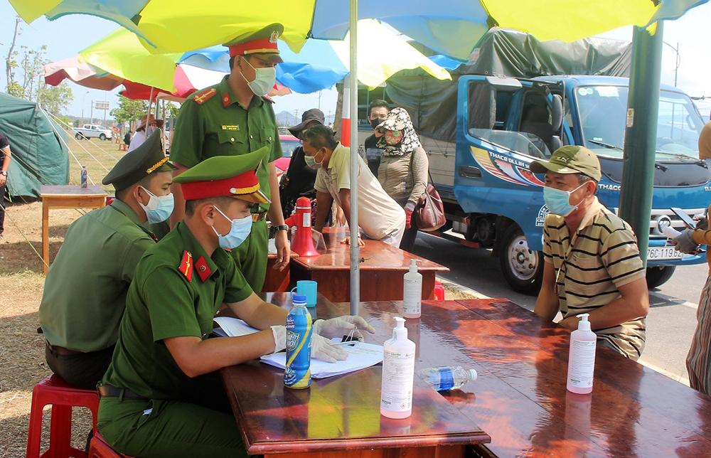 Lượng lượng chức năng kiểm soát người ra đi vào tỉnh Quảng Nam tại chốt 3, xã Tam Hiệp, huyện Núi Thành. Ảnh: Đắc Thành.