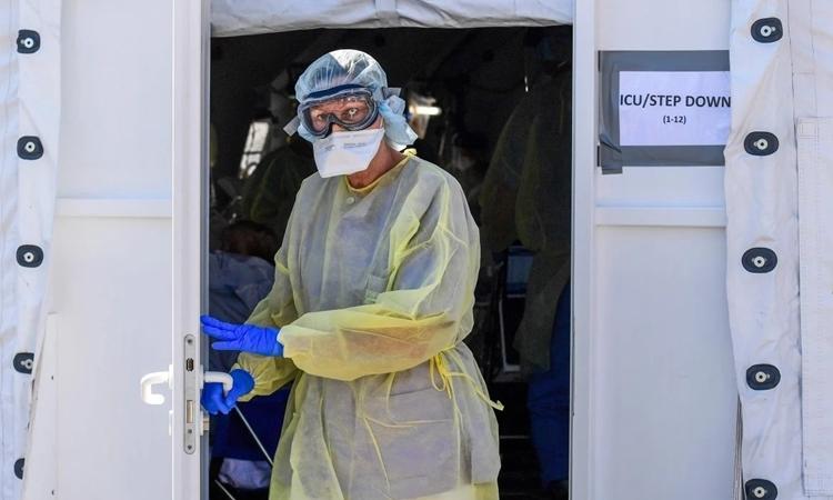 Bác sĩ rời khỏi một lều chăm sóc đặc biệt của bệnh viện dã chiến tạiLombardy, Italy ngày 2/4. Ảnh: AFP.
