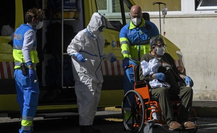 Nhân viên y tế Tây Ban Nha vận chuyển một bệnh nhân tới bệnh viện ở Madrid hôm 2/4. Ảnh: AFP.