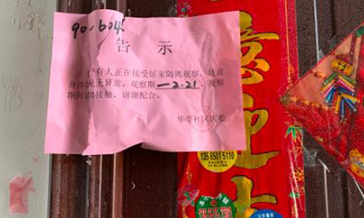 Tờ giấy niêm phong cửa nhàDevika Koppikar trong 14 ngày cách ly ở thành phố Vô Tích. Ảnh: CNN.
