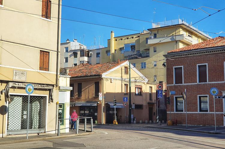 Mestre, quận đông dân nhất tại thành phố Venice, vùng Veneto, Italy trở nên vắng vẻ trong mùa dịch Covid-19. Ảnh: Vũ Thu Hương.