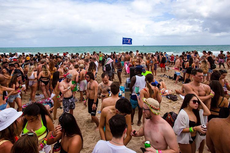 Sinh viên đại học vui chơi trên bãi biển Fort Lauderdale, bang Florida hôm 11/3. Ảnh:New York Times