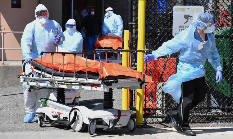 Thi thể một bệnh nhân được đưa ra xe đông lạnh tại New York hôm 2/4. Ảnh: AFP.