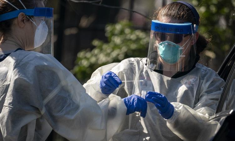 Nhân viên y tế lấy mẫu xét nghiệm tại thủ đô Washington DC hôm 2/4. Ảnh: AFP.