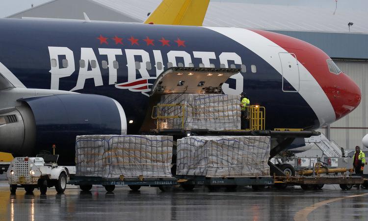 Các thùng khẩu trang được dỡ khỏi máy bay tại Boston hôm 2/4. Ảnh: AP.