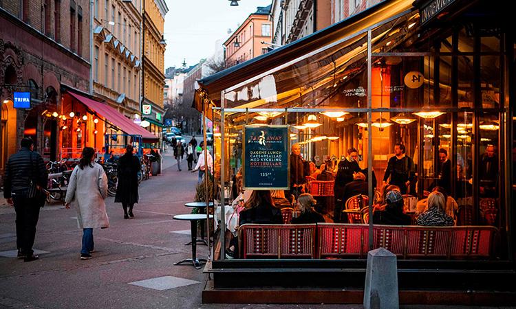 Nhà hàng vẫn mở cửa ở thủ đô Stockholm hôm 27/3. Ảnh: AFP.
