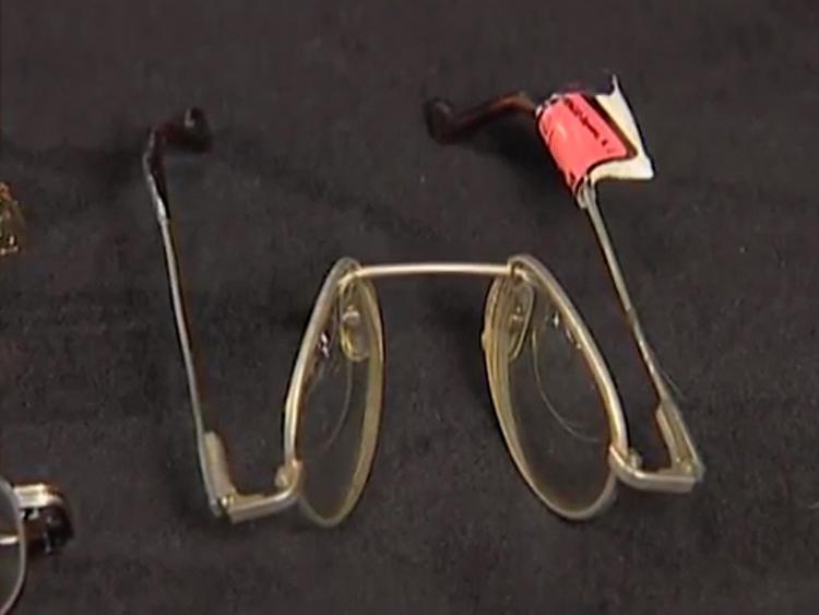 Chiếc kính mắt bị gập làm ba của Nick được tìm thấy trong xe. Ảnh: Filmrise.