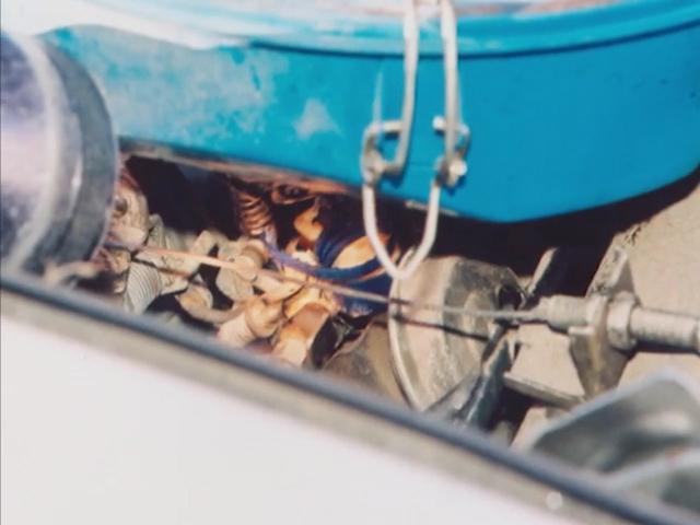 Nắp chai màu xanh biển sẫm giữ cho van tiết lưu luôn mở. Ảnh: Filmrise.