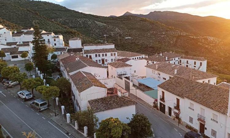 Thị trấn nổi tiếng với những ngôi nhà sơn màu trắng và lối đi quanh co trên sườn dốc. Ảnh: CNN.