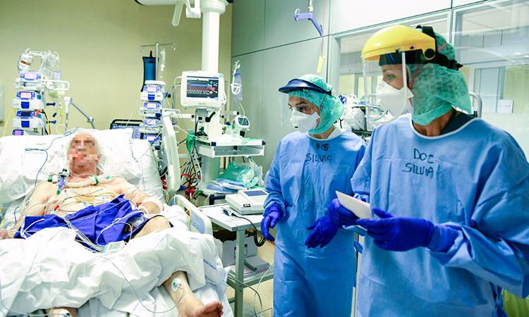 Nhân viên y tế thăm khám bệnh nhân nhiễm nCoV được điều trị tại Bệnh viện Đức cha Papa Giovanni XXIII tại Bergamo, Italy ngày 3/4. Ảnh: AFP.