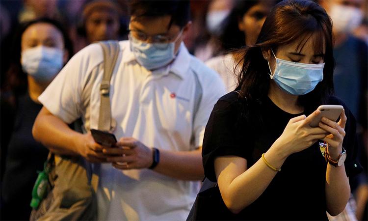 Dân Singapore đeo khẩu trang khi ra đường ngày 3/4. Ảnh: Reuters.