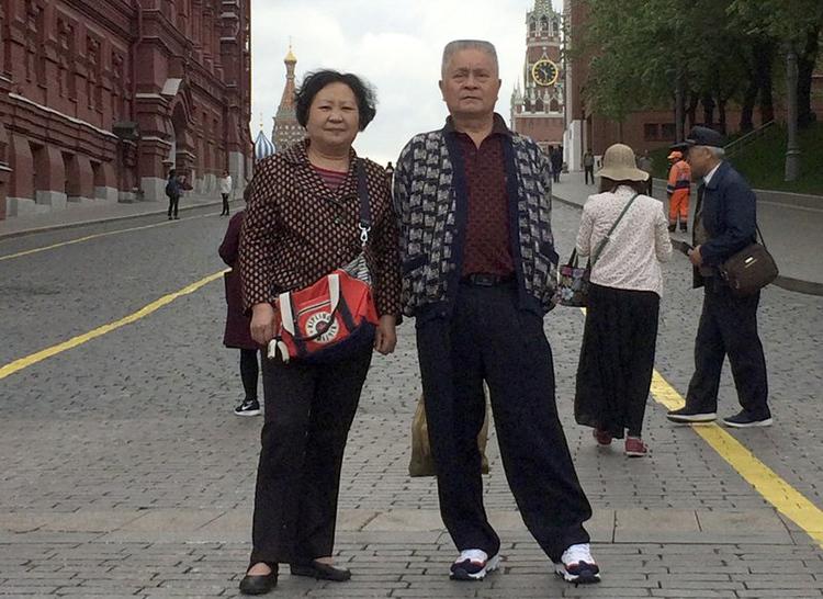 Vợ chồng ông Wu Chuanyong trong chuyến du lịch Nga năm ngoái. Ảnh: AP