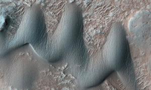 Đụn cát giống răng cá mập trên sao Hỏa