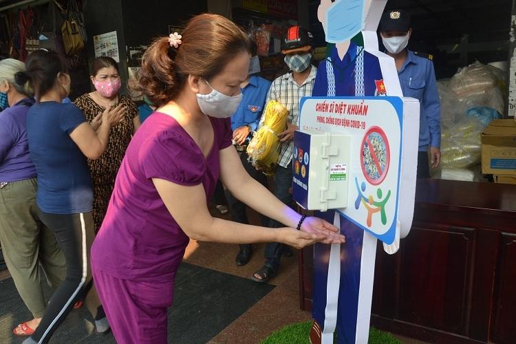 Chiếc máy rửa tay tự động của anh Tiến được đặt ở chợ Quảng Ngãi. Ảnh: Phạm Linh.