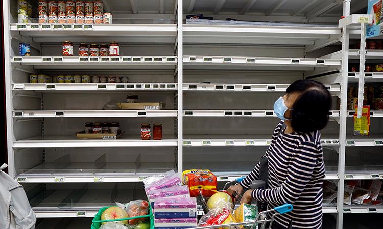 Kệ hàng một siêu thị gần như trống trơn sau khi Singapore tuyên bố tăng cường các biện pháp ngăn chặn Covid-19 hôm 3/4. Ảnh: Reuters.