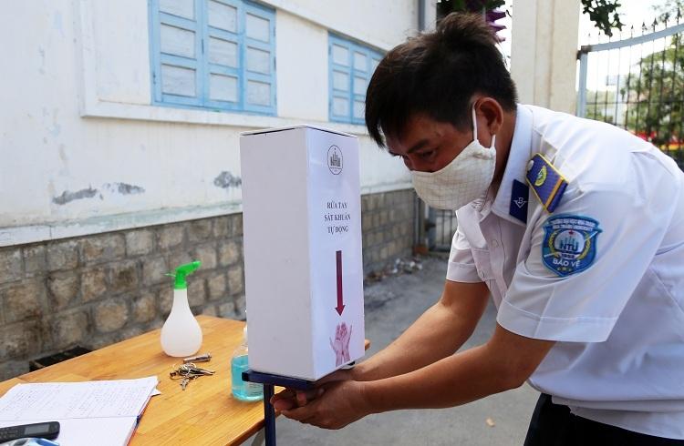Chiếc máy rửa tay do sinh viên Đại học Nha Trang chế tạo được ứng dụng ngay trong trường. Ảnh: Xuân Ngọc.