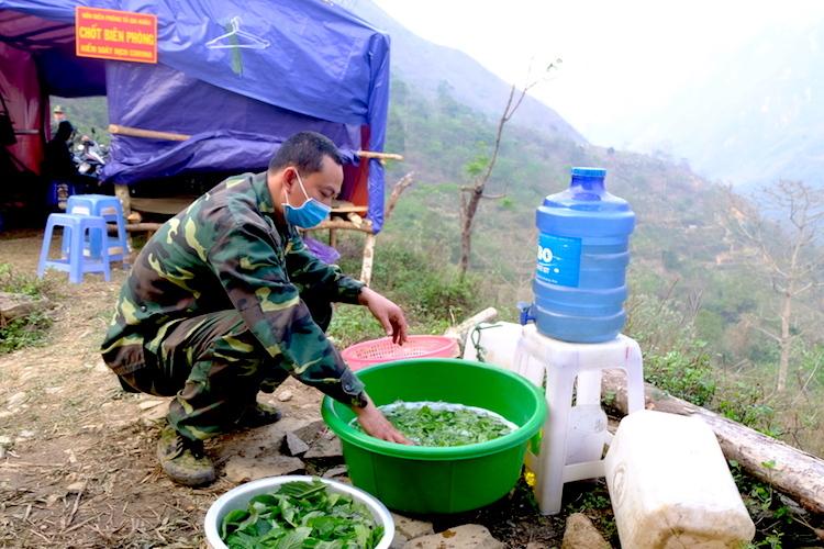 Thượng uý Hoàng Văn Hạnh, nhân viên quân y ở chốt 168 rửa rau chuẩn bị cho bữa cơm chiều. Ảnh: Hoàng Thuỳ