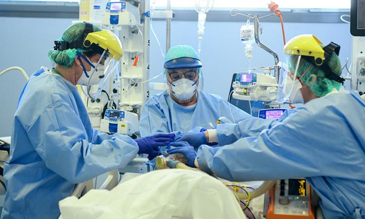 Nhân viên y tế chăm sóc cho bệnh nhân nhiễm nCoV được điều trị tại Bệnh viện Đức cha Papa Giovanni XXIII tại Bergamo, Italy ngày 3/4. Ảnh: AFP.