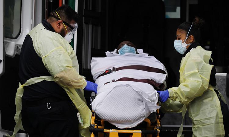 Nhân viên y tế đưa một bệnh nhân khỏi xe cứu thương bên ngoài Bệnh viện Núi Sinai ở thành phố New York, Mỹ ngày 4/4. Ảnh: AFP.