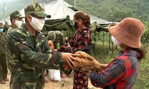 Tặng thực phẩm cho chiến sĩ chống dịch
