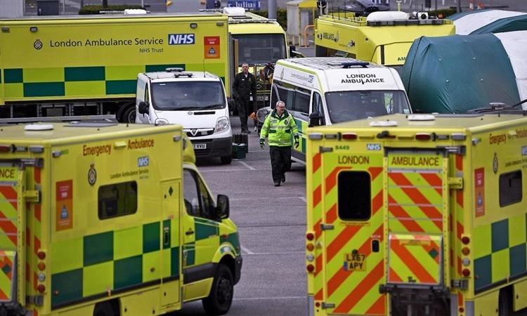 Xe cứu thương đỗ bên ngoài Trung tâm ExCeL ở London, nơi đã được biến thành một bệnh viện dã chiến với 4.000 giường. Ảnh: AFP.