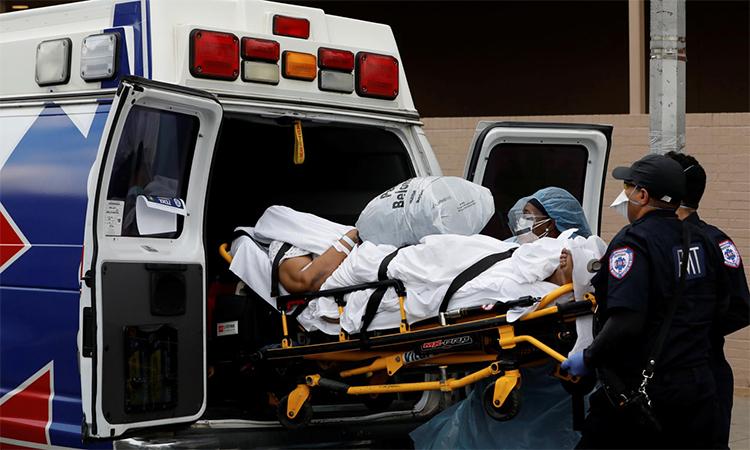 Nhân viên y tế vận chuyển một bệnh nhân nhiễm nCoV ở Brooklyn, New York, Mỹ hôm 4/4. Ảnh: Reuters.