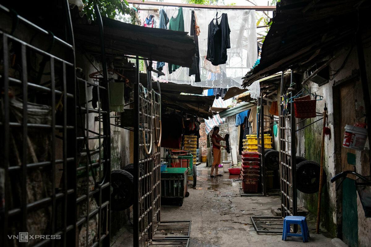 Nhiều căn phòng trong xóm ngụ cư đã đóng cửa, lao động tỉnh xa vội về nhà trước ngày cách ly xã hội 1/4. Ảnh: Thanh Huế.