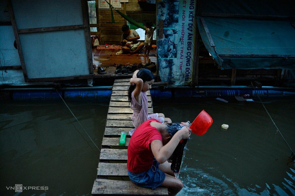 Cư dân bãi giữa sông Hồng trước những căn nhà tạm bợ, níu nhau bằng bè phao. Ảnh: Thanh Huế.