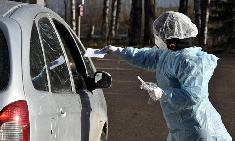 Nhân viên y tế lấy mẫu xét nghiệm tạiEspoo, Phần Lan ngày 1/4. Ảnh: AFP.