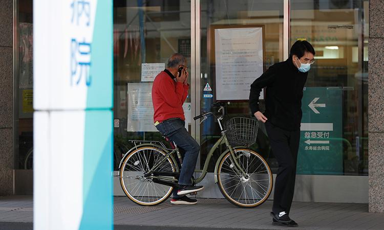 Người dân đọc thông báo đóng cửa của bệnh viện Eiju hôm 6/4. Ảnh: Reuters.