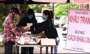 Xếp hàng nhận thực phẩm miễn phí