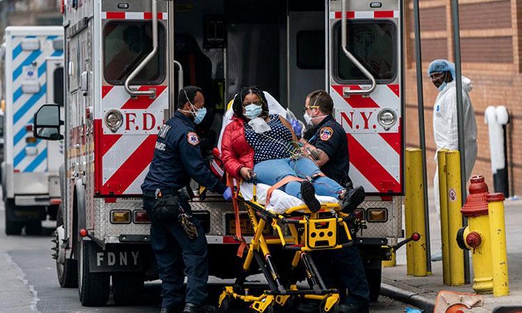 Các nhân viên y tế di chuyển bệnh nhân bên ngoài một bệnh viện ở thành phố New York, Mỹ hôm 5/4. Ảnh: Reuters.