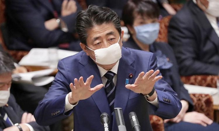 Thủ tướng Abe trong cuộc họp tại quốc hội Nhật Bản hôm 1/4. Ảnh: AFP.