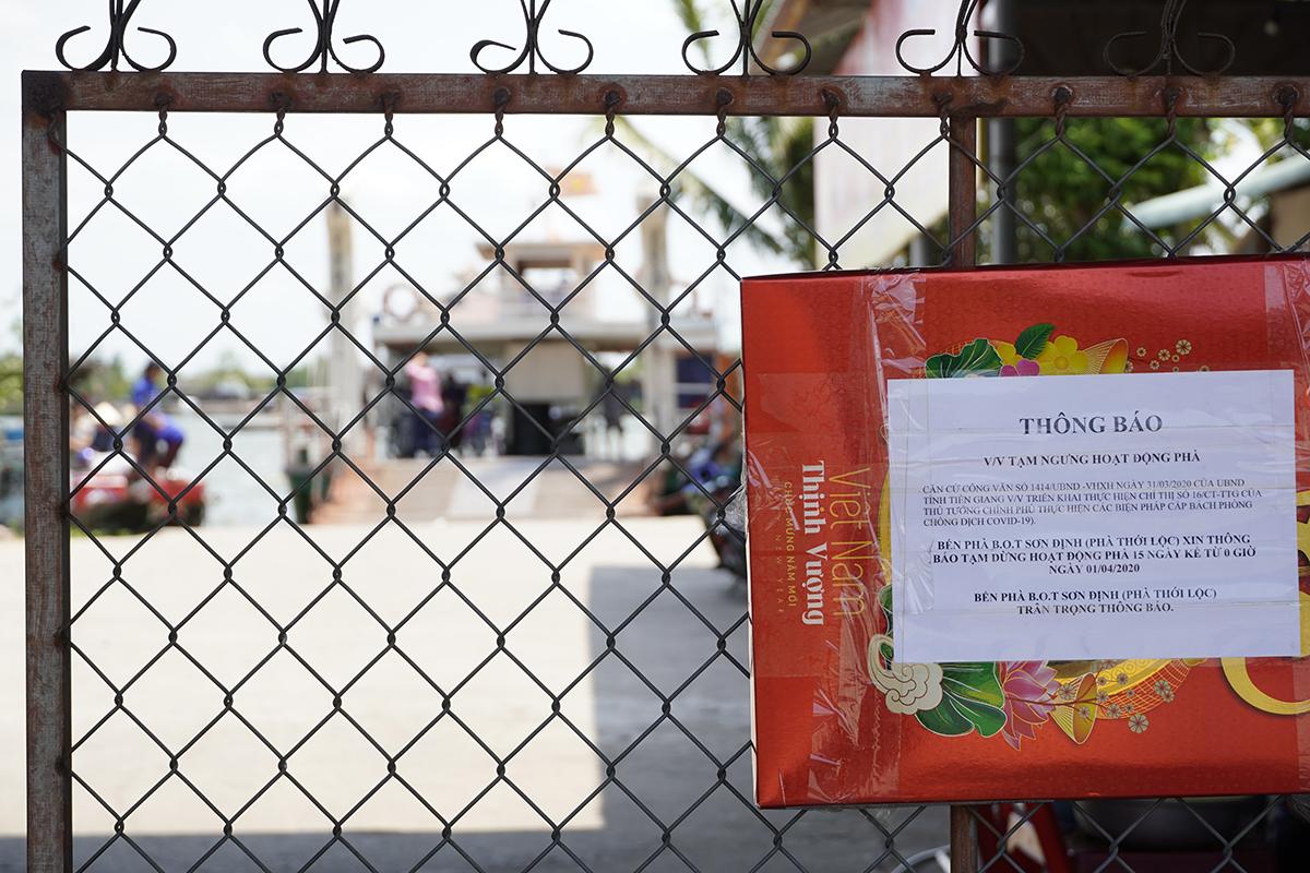 Bến phà Thới Lộc (nối Tiền Giang và Bến Tre) phía bờ Tiền Giang thông báo ngưng hoạt động từ ngày 1/4. Ảnh: Hoàng Nam.