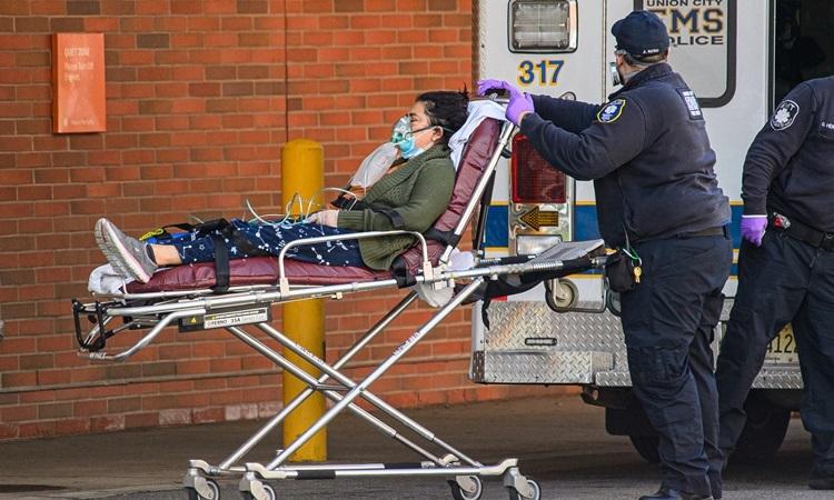 Nhân viên y tế chuyển bệnh nhân Covid-19 từ xe cứu thương vào phòng cấp cứu của bệnh viện ở bang New Jersey hôm 4/4. Ảnh: Reuters.