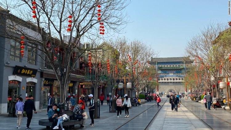 Đám đông tập trung tại Bắc Kinh để kỷ niệm Tết Thanh Minh hôm nay. Ảnh: CNN.