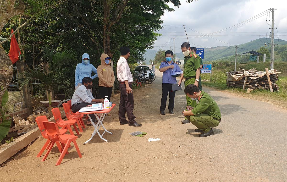 Công an, viện kiểm sát huyện Phú Ninh khám nghiệm hiện trường sáng 6/5. Ảnh: Đắc Thành.